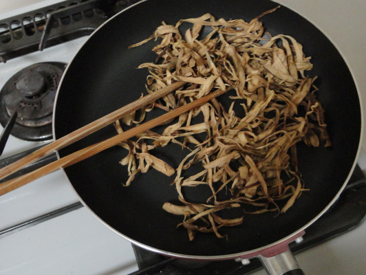 parched dry burdock in fry pan