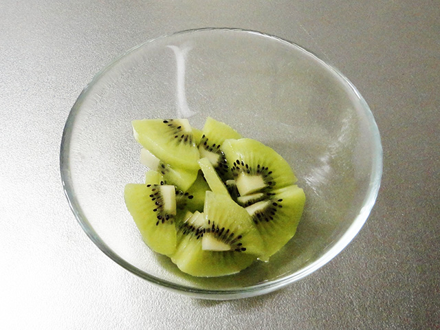 frozen yogurt kiwi in a bowl