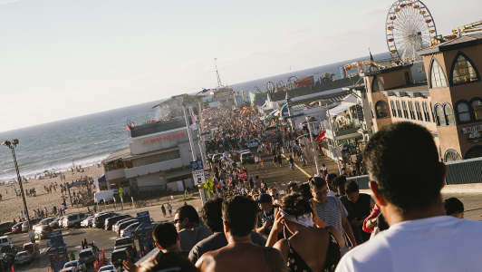 A rowd of people heading to a beach