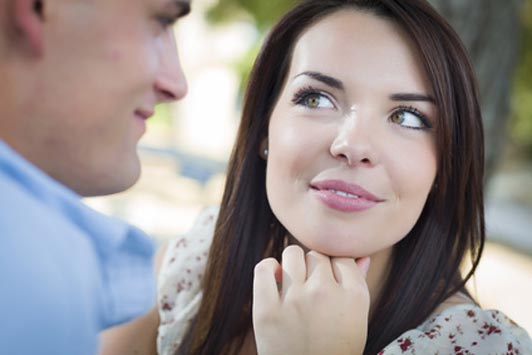 girl looking at guy with flirtatious eyes