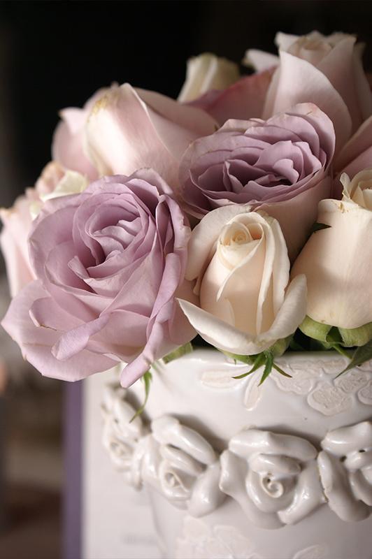 Pastel roses in a vase.