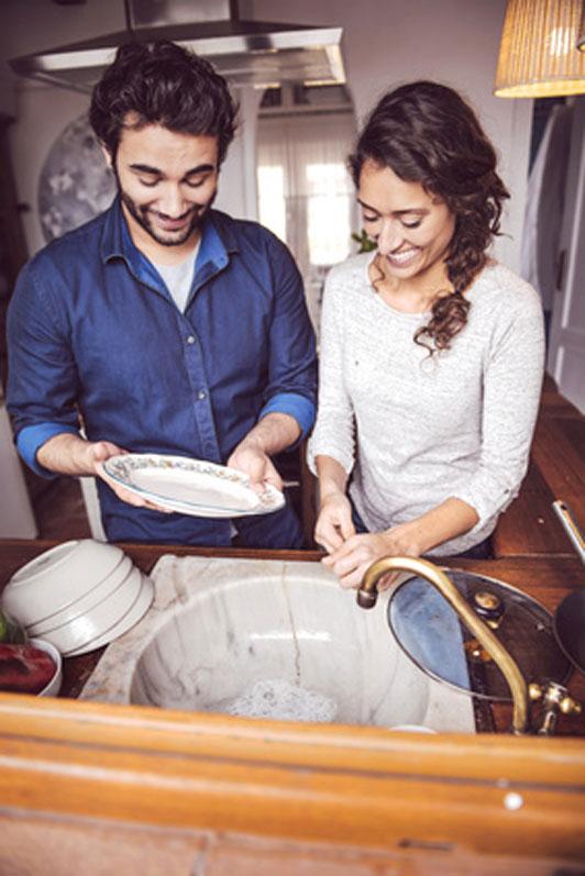casal fazendo pratos