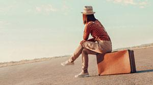 mulher no chapéu no movimento sentado na caixa