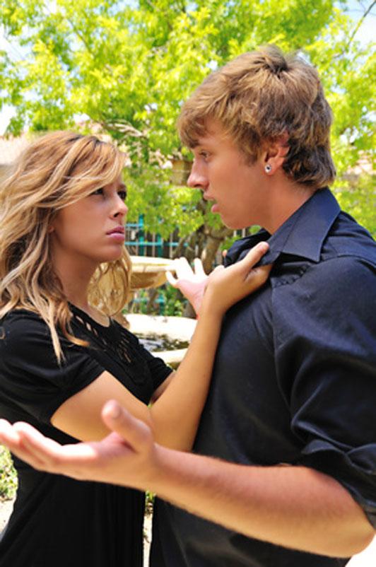 jovem casal discutindo