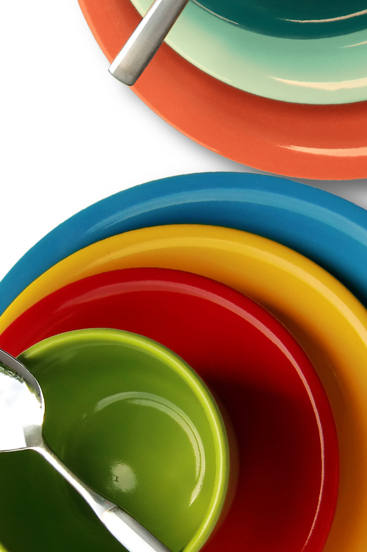 Plates of different color.